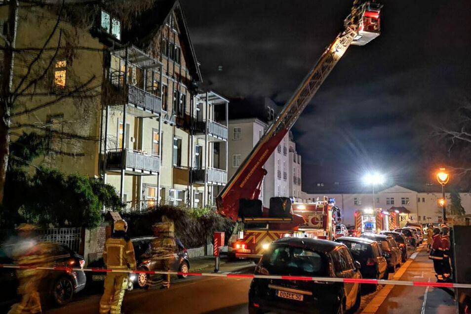 Über eine Drehleiter mussten Kinder und eine Frau aus dem Haus gerettet werden.