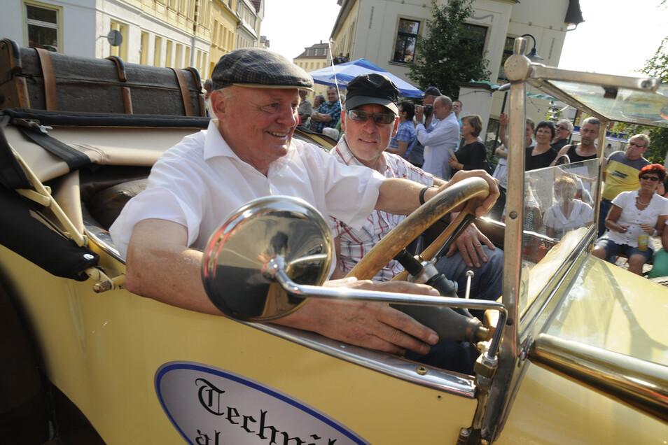 Jürgen Weigel aus Wildenhain (l.) und Matthias Jacob aus Weßnitz fuhren in diesem schönen Oldtimer anno 1922 im Zug mit.