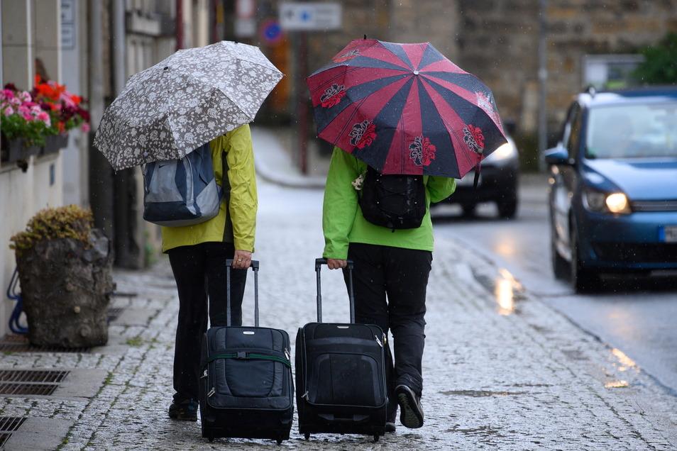Die Menschen in Sachsen müssen sich am Mittwoch auf kräftige Gewitter mit Starkregen, Hagel und Sturmböen einstellen.