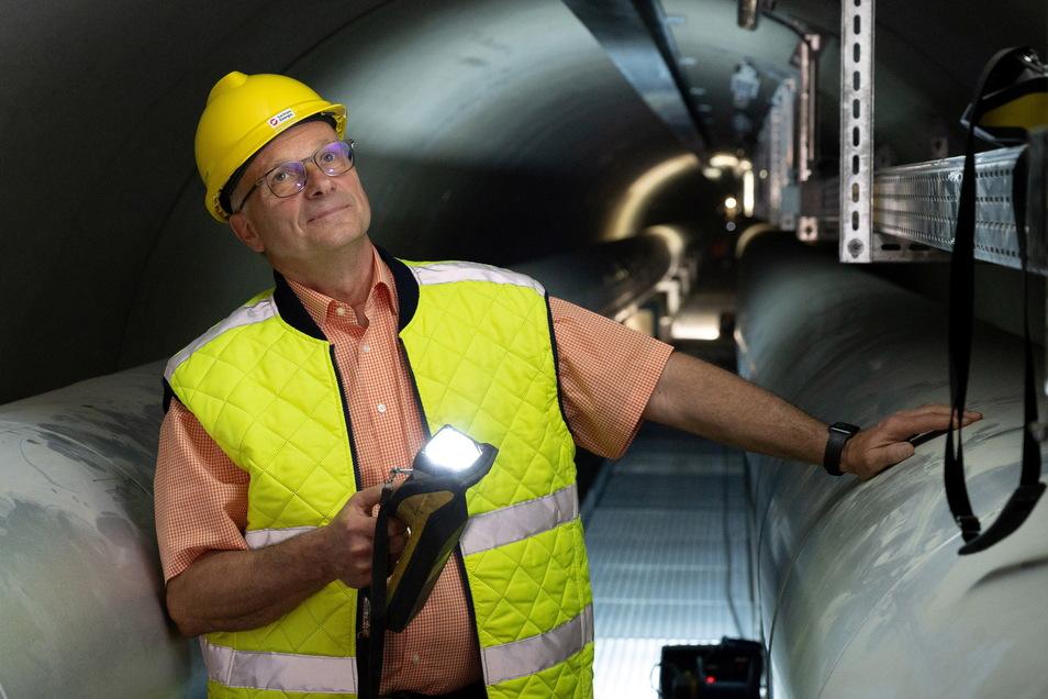 Bernd Lehmann bei seiner Inspektionsrunde im neuen Elbtunnel an der Marienbrücke. Der Fernwärme-Abteilungsleiter freut sich, dass dieses gewaltige Bauwerk am Ende seines Berufslebens fertiggestellt werden konnte.