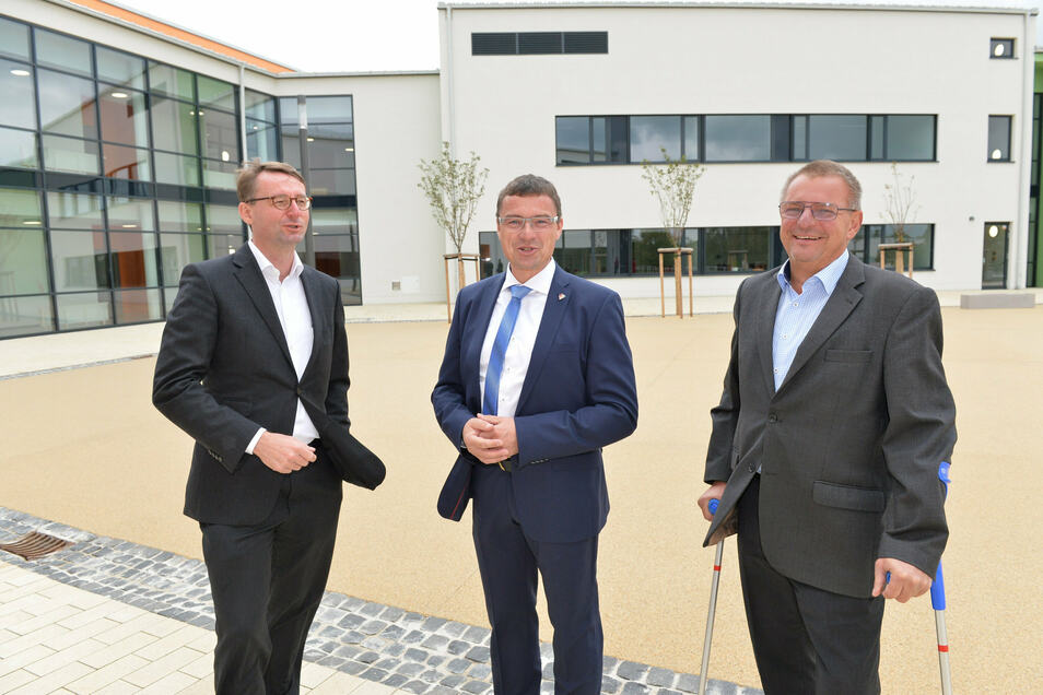 Innenminister Roland Wöller (li.), Bürgermeister Ralf Rother (Mi.) und Wilsdruffs Bauamtsleiter André Börner freuen sich, dass das Projekt umgesetzt werden konnte.