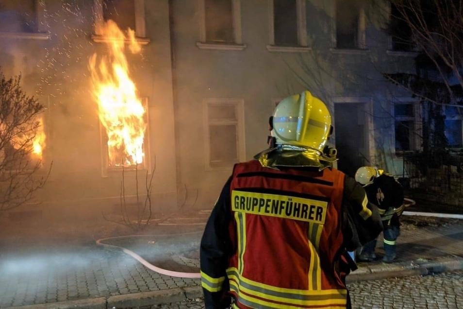 Die Feuerwehr bei den Löscharbeiten beim ersten Brand am späten Montagabend.