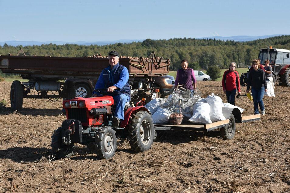 Rainer Liebscher aus Liebenau hat die Kartoffeln für vier Familien auf dem selbst gebauten Hänger.