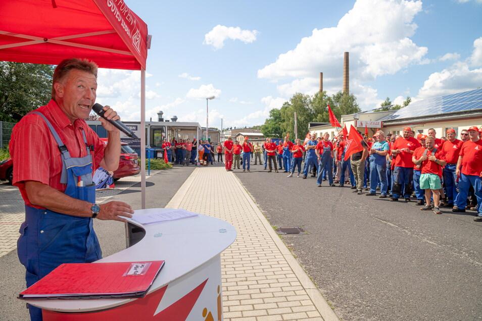 Donnerstagnachmittag vor dem Nieskyer Waggonbau. Die IG Metall hat zum Warnstreik aufgerufen. Betriebsratschef Peter Jurke macht deutlich, dass es nicht nur um sechs Prozent Lohnsteigerung geht.