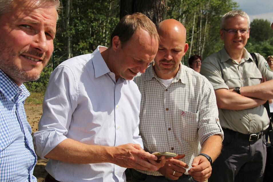 Forstminister Wolfram Günther startete gestern per Smartphone-App die Sprinkler des Nasslagerplatzes.