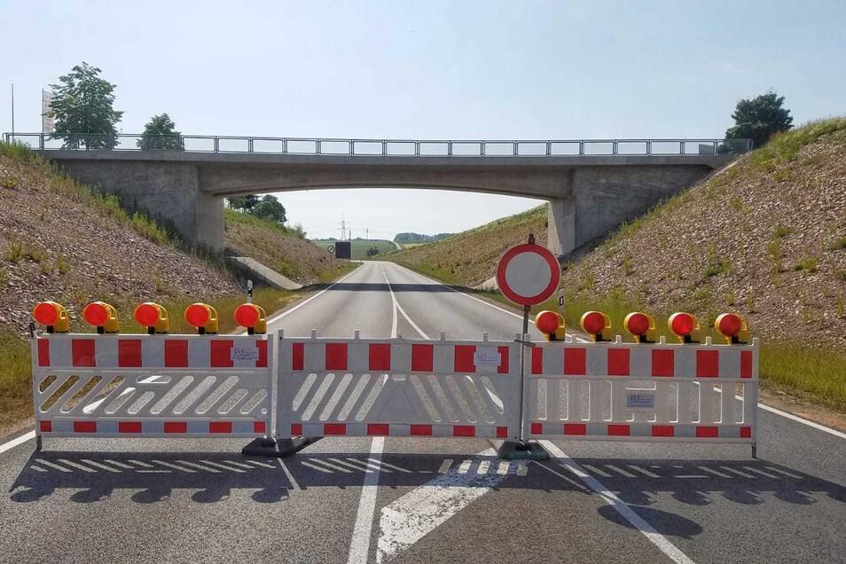 Die Straßensperrung bleibt jedoch bis Montag bestehen.
