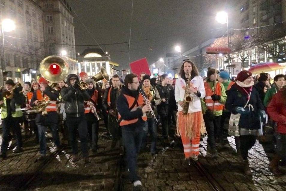 An dem Anti-Pegida-Marsch nahmen auch mehrere tausend Menschen teil.
