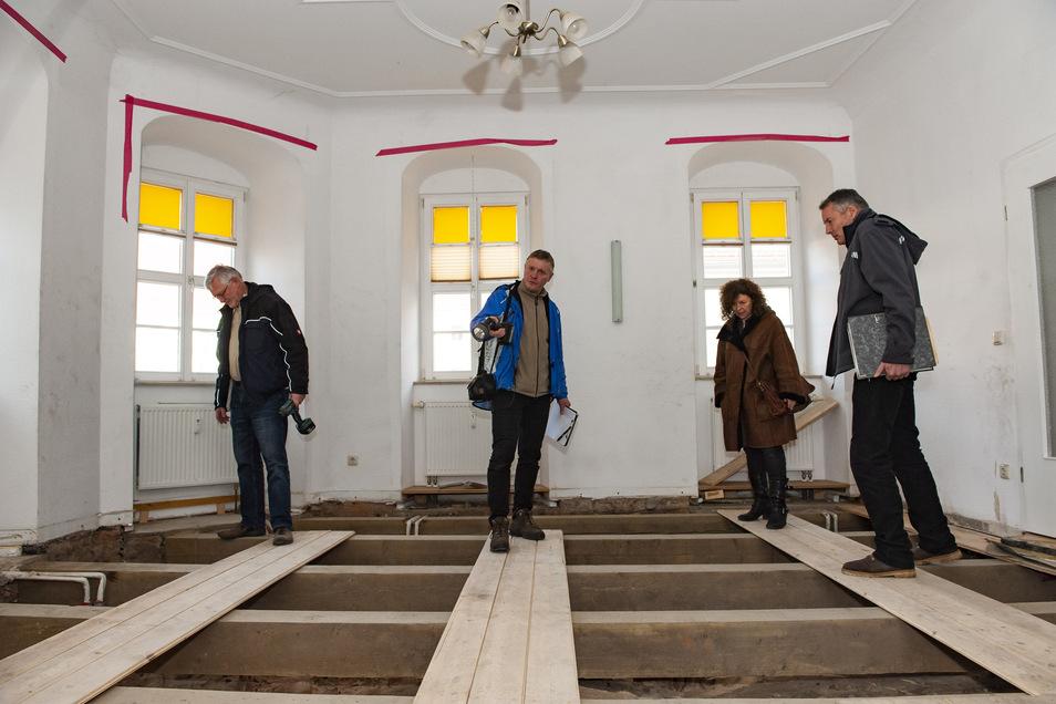 Der Geschäftsführer von Stadt-und Landbau GmbH, Wolfgang Sauer mit Statiker André Anlauf , Denkmalschützerin Antje Hainz  und Architekt Norbert Hess bei der Begutachtung des Schadens.