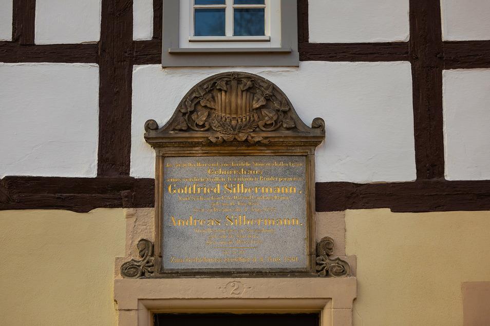 Eine Gedenktafel am Geburtshaus in Kleinbobritzsch – hier startet der Pfad.