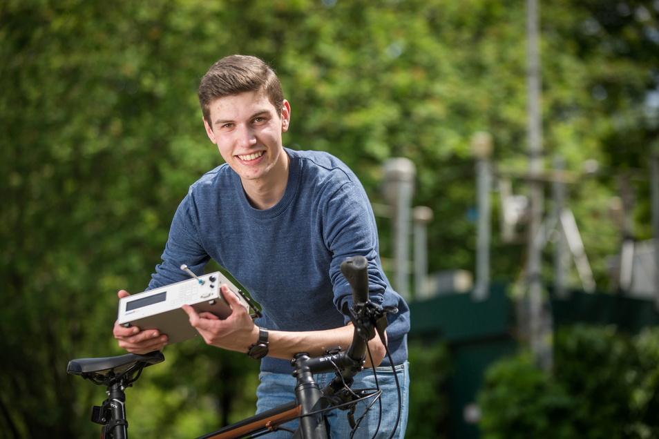 """Einer der besten Nachwuchswissenschaftler Deutschlands: Tim Schwarzbach gewann den sächsischen Landespreis bei """"Jugend forscht"""" für ein günstiges Verfahren, um Feinstaub bequem vom Fahrrad aus zu messen."""