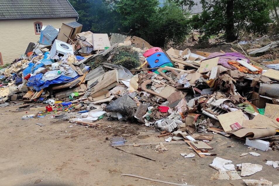 In der Gemeinde Gerolstein-Müllenborn in der Eifel häufenb sich ebenfalls die Berge mit Sperrmüll aus den überfluteten Häusern.