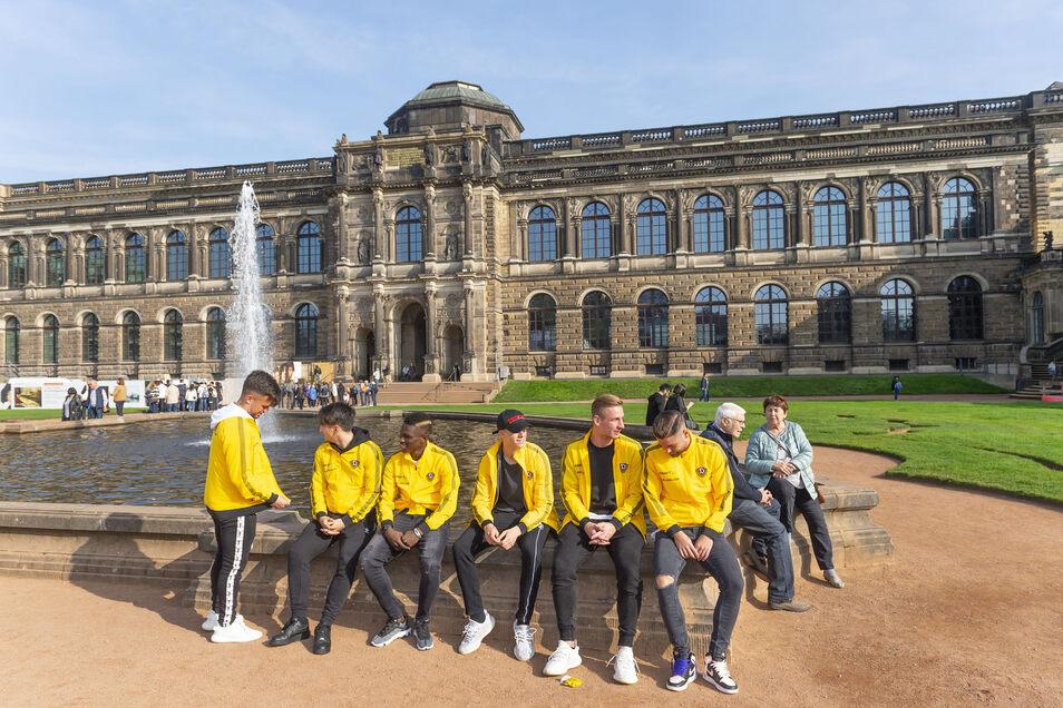 Vor dem Besuch entspannen die Spieler am Brunnen im Zwinger.