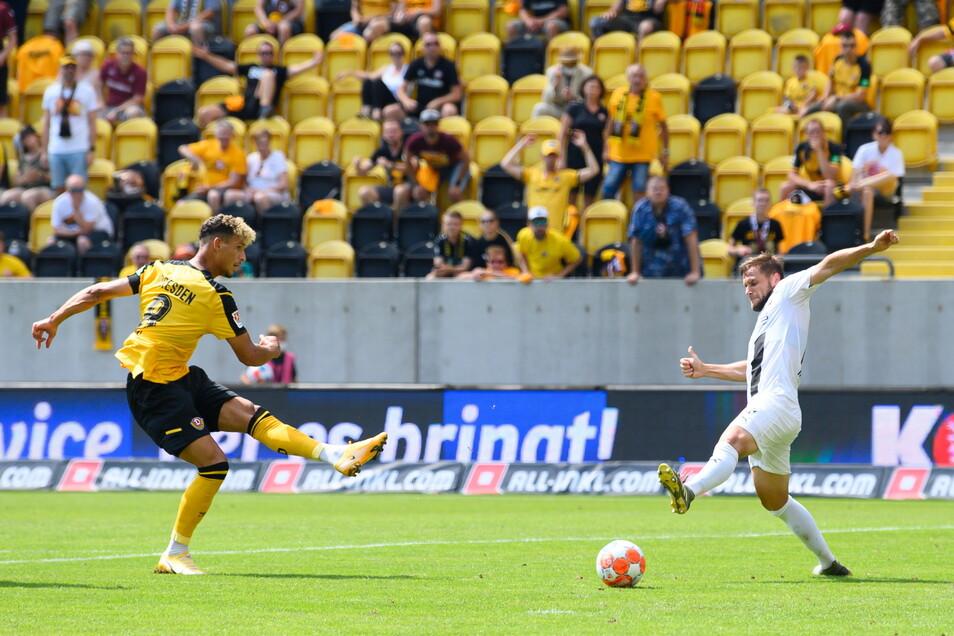 Heinz Mörschel erzielt gegen Ingolstadts Michael Heinloth das Tor zum 3:0.