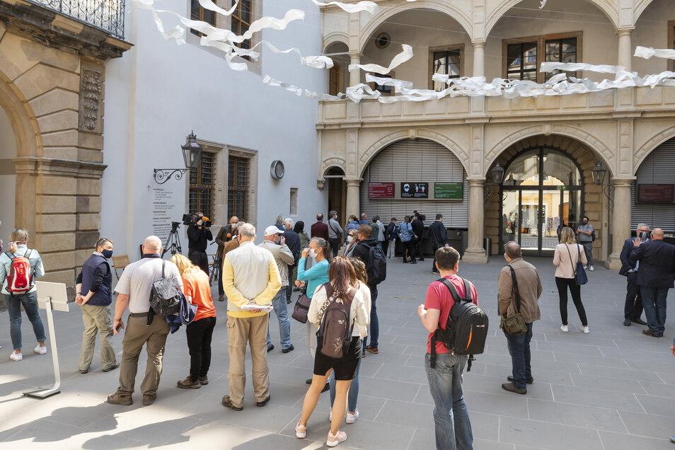 Die ersten Besucher vor dem Eingang zur rekonstruierten barocken Schatzkammer am Samstagvormittag.