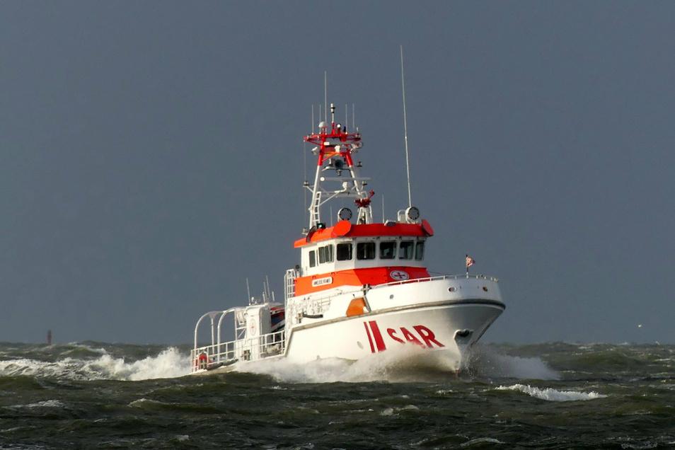 Die sieben verunglückten Segler retteten sich zunächst auf eine Rettungsinsel, bis sie von den Seenotrettern gerettet wurden.
