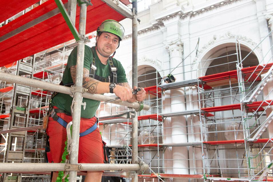 Enrico Lieberenz ist froh, dass er mit seinen Kollegen beim Gerüstaufbau trotz aller Schwierigkeiten gut vorangekommen ist.