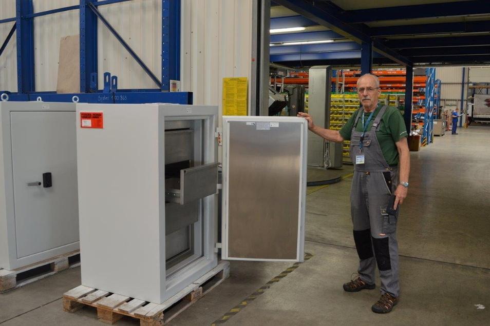Jürgen Starovsky vor seinen konstruierten Tresoren für strahlenintensives Material. Sie werden bei Käppler und Pausch in Neukirch/Lausitz hergestellt.