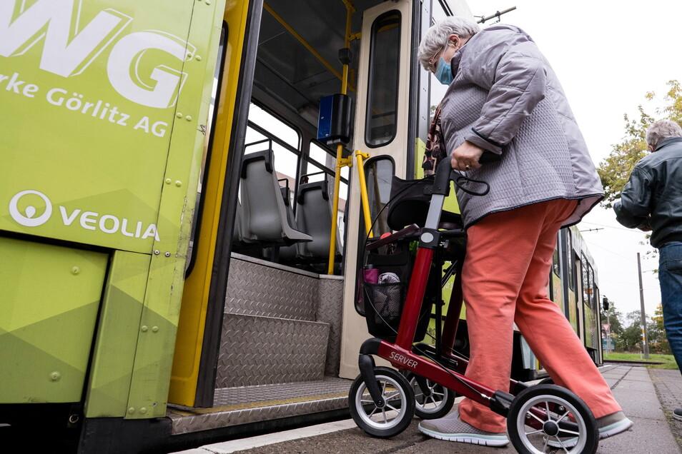 Auch Gertraude Hesse hat Probleme mit ihrem Rollator in die Straßenbahn einzusteigen - an der Endhaltestelle in Weinhübel.