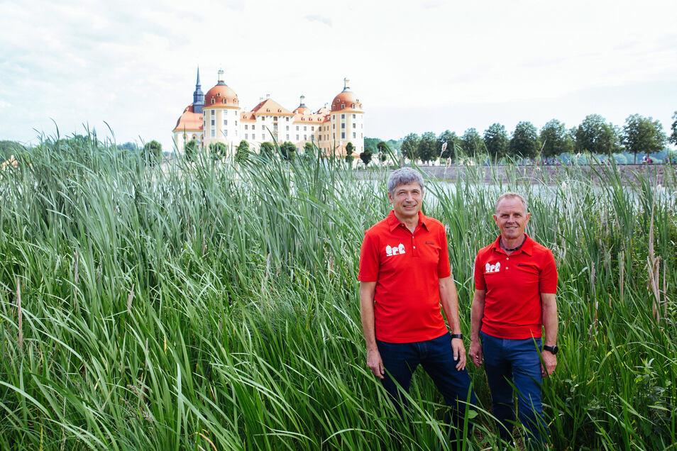 Keine Angst vorm Untergehen: Vereinschef Ralf Lutoschka (l.) und Organisationschef Reiner Mehlhorn kümmern sich seit vielen Jahren um den Schlosstriathlon, der um das Barockschloss in Moritzburg führt.