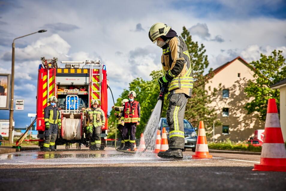 Die Feuerwehr müsste die Straße reinigen.