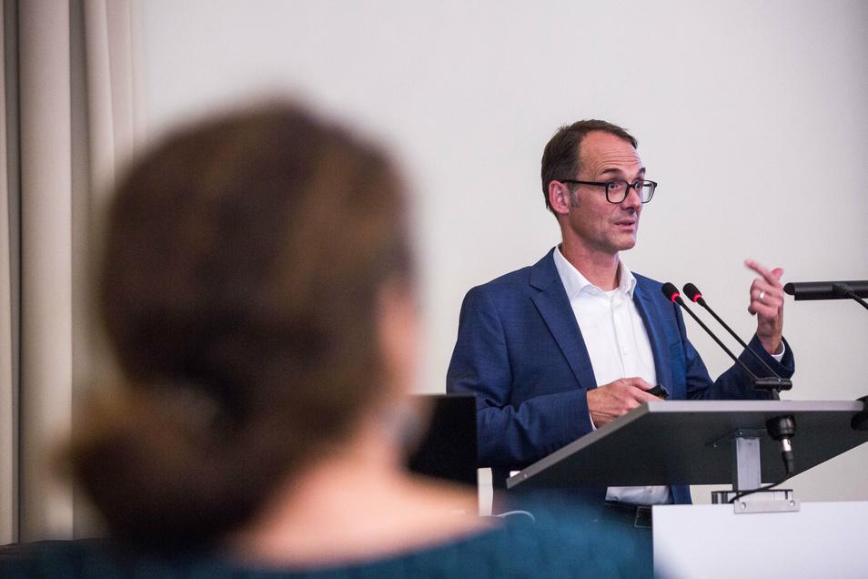 Stefan Weigele. von der Beratungsfirma Civity hat die Ergebnisse der Prüfung eines 365-Euro-Tickets für Dresden im Stadtmuseum vorgestellt.