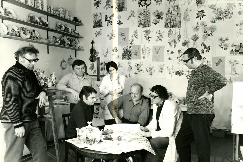 Ein künstlerisches Kollektiv um Ludwig Zepner (am Tisch links sitzend) sorgte ab 1960er Jahren für einen Aufbruch in den Bereichen Formen und Dekor der Porzellanmanufaktur Meissen.