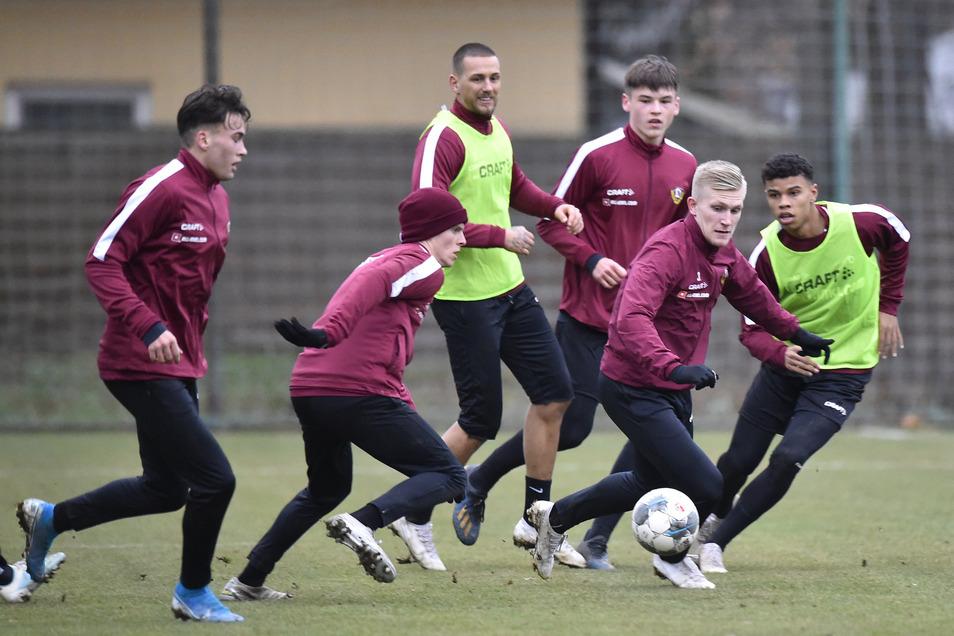 Die Mannschaft um Dynamos Luka Stor (2.v.r.) beim Trainingsauftakt im Großen Garten.