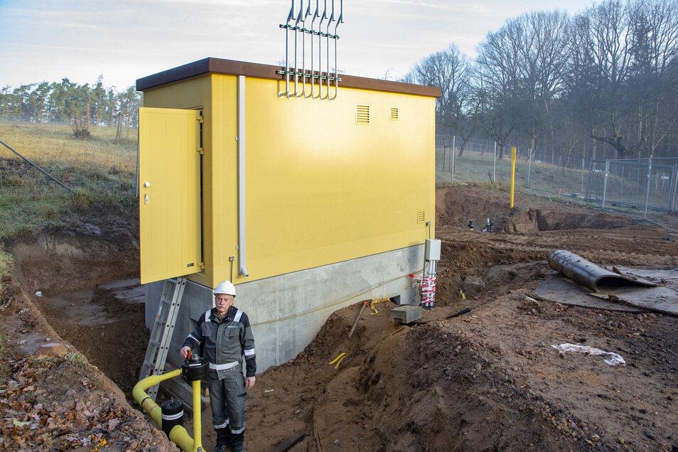Peter Riedel von der Enso Netz vor der Gas-Übergabe-Regelanlage in Kleinopitz, die im vorigen Jahr entstanden ist.