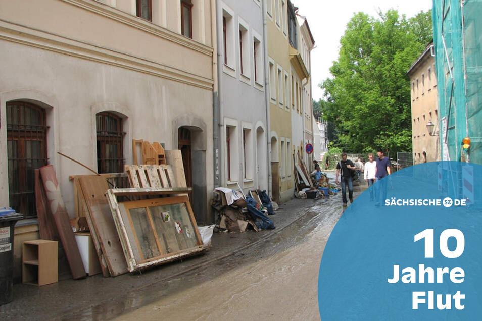 Flut Hotherstraße Görlitz  Noch Tage nach der Flut im August 2010 war die Hotherstraße eine Schlammpiste. Anwohner räumten das, was nicht mehr zu retten war, auf die Straße.