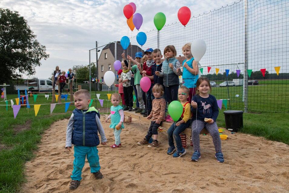 Mit Luftballons und einem kleinen Kinderfest haben die Straucher ihren wiederentstandenen Spielplatz in Besitz genommen.