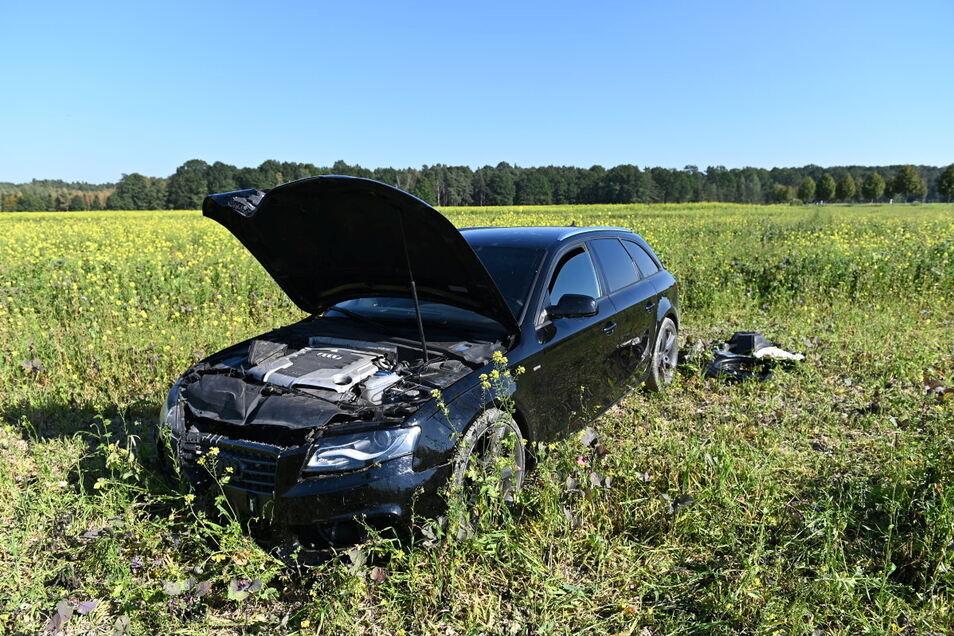 Die Flucht vor einer Polizeikontrolle endete für den Fahrer dieses Audis in einem Feld zwischen Camina und Großdubrau.