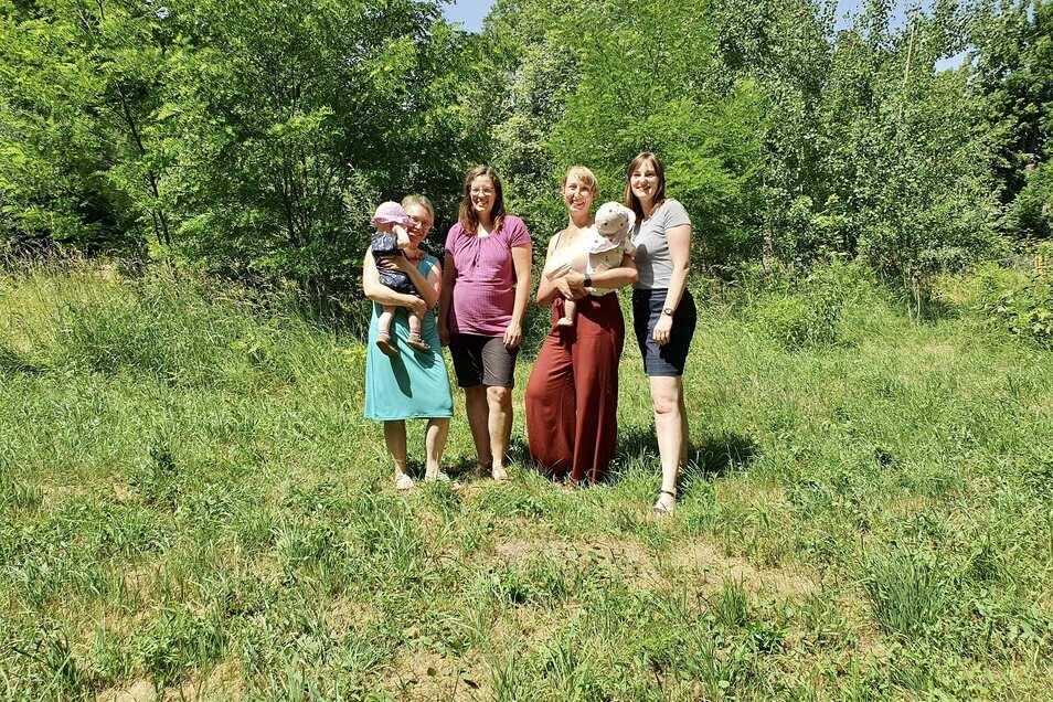 Vorstandsmitglieder auf dem Pachtgelände des Naturkinder e.V. Doris Schuster, Johanna Singer, Patricia Bammes, Jana Grey (v.l.n.r.)