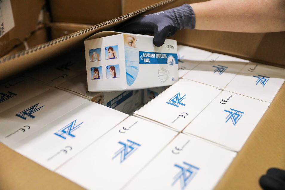 Ein Mitarbeiter des Logistikunternehmens Kühne & Nagel prüft einen Karton mit Schutzmasken aus China.