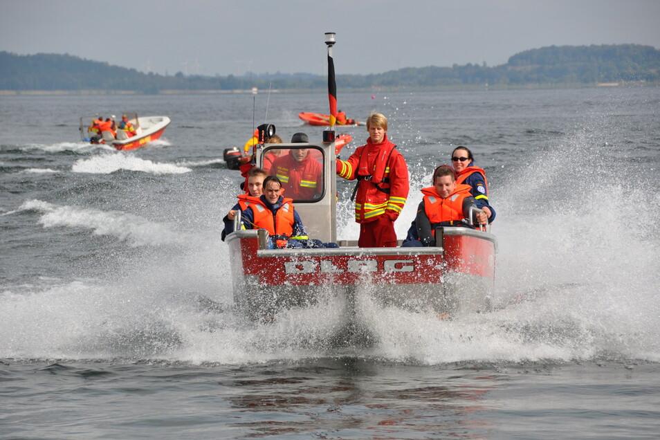 Nicht nur bei Einsätzen, sondern auch bei Übungen arbeitet das THW mit anderen Helfern und Rettern zusammen. Hier ein Foto von 2015 von einer Übung mit dem DLRG auf dem Berzdorfer See.