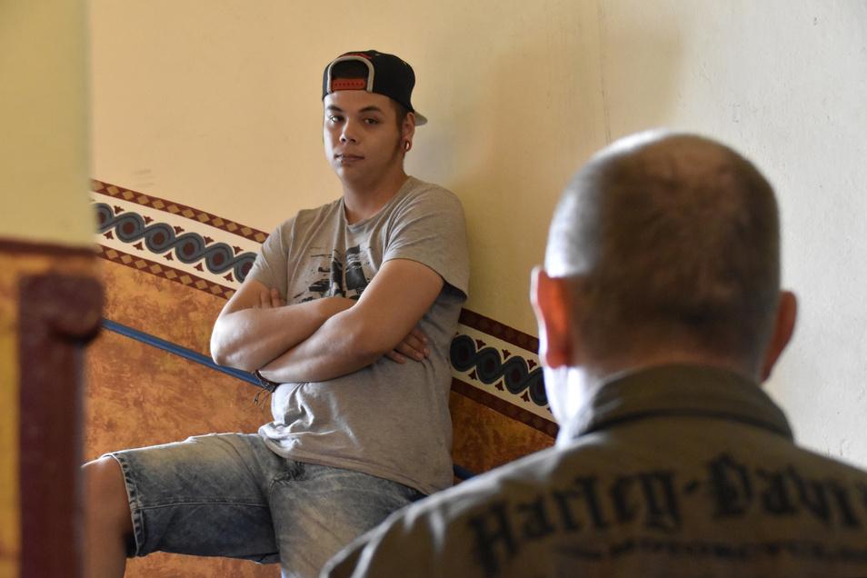 """Sebastian (r.) lebt seit zwei Monaten mit Marcus in einer Wohngemeinschaft. Im """"Cleanen Wohnprojekt"""" lernen beide Männer, in einem Leben ohne Drogen und Alkohol zurechtzukommen. Für Sebastian auch eine Chance, wieder Vater zu sein,"""