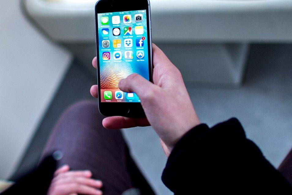 Ein Kind hat mit dem Smartphone der Mutter ordentlich gezockt.