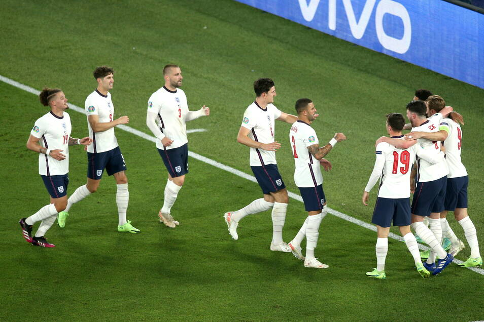 Die Mannschaft jubelt mit Kapitän Harry Kane (r.) dessen Tor zum 3:0.