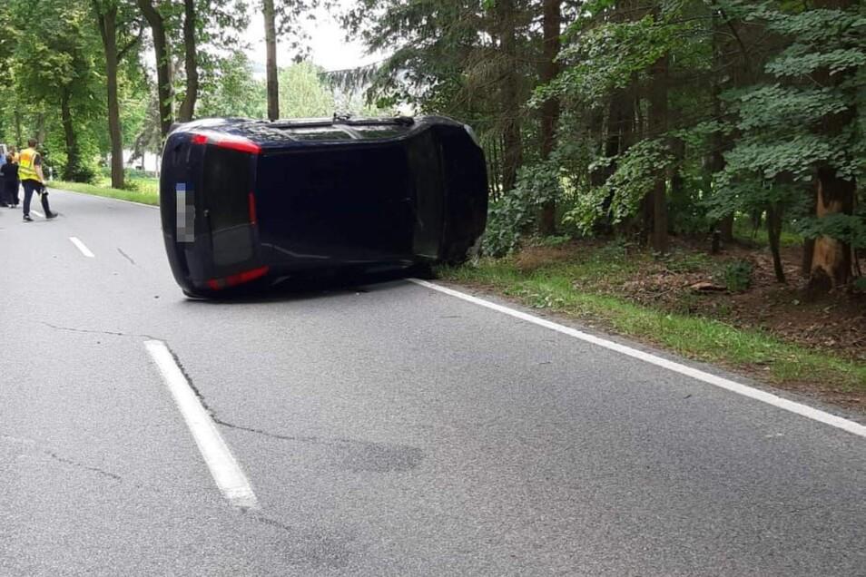 Das Auto kam seitlich zum Stehen.