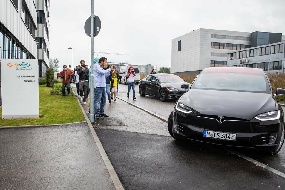 Eine Tesla-Fahrzeugkolonne mit Unternehmer Elon Musk biegt in die Einfahrt des biopharmazeutischen Unternehmens CureVac ein.