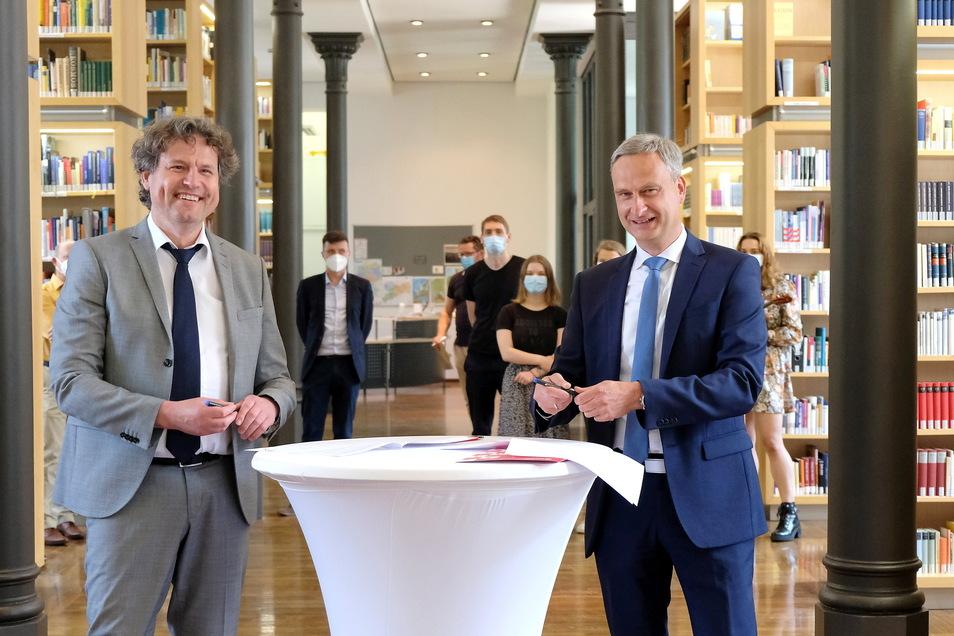 Bildung trifft Geld in der Bibliothek des Landesgymnasiums. Afra-Leiter Stefan Weih (links) und Sparkassen-Vorstandsmitglied Daniel Höhn kooperieren, um ihr Kapital wechselseitig zu mehren.