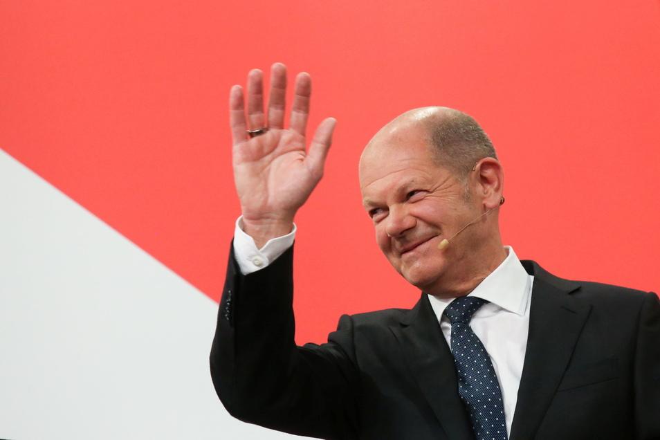 """Als Olaf Scholz im Atrium des Willy-Brandt-Hauses auf die Bühne tritt, feiert ihn das Publikum minutenlang mit rhythmischem Klatschen. Junge Genossen skandieren """"Olaf, Olaf, Olaf!"""""""