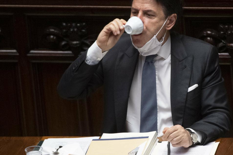 Sonst vorbildlich mit Maske, doch Espressotrinken geht es nur ohne: Giuseppe Conte während der Abstimmung.