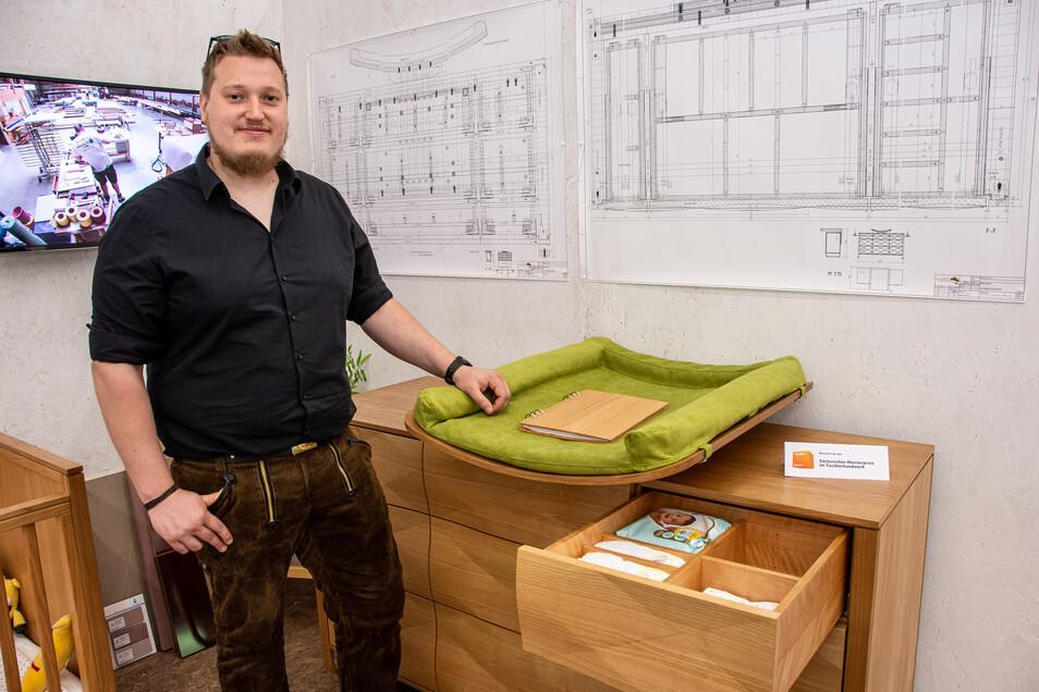 Lukas Herzog baute eine multifunktionale Kommode mit Wickelauflage. Die Wickelauflage ist über die gesamte Breite verschiebbar, damit man ungehindert an alle Schubladen kommt. Wird die Auflage nicht mehr benötigt, steht die Kommode weiter für sich - als meisterhaftes Unikat.