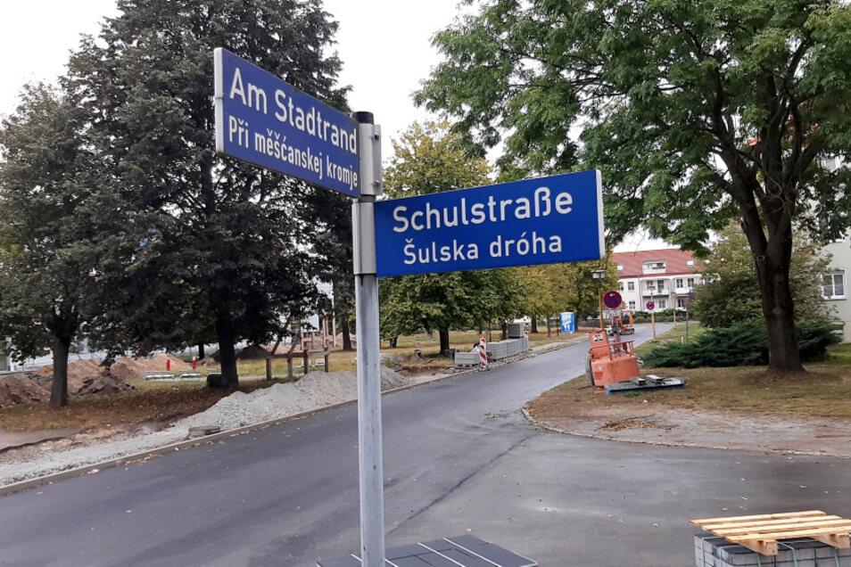 Frische Asphaltoberfläche, neuer Gehweg und ab dem kommenden Schuljahr täglich reichlich Schülerverkehr im Bereich Am Stadtrand.