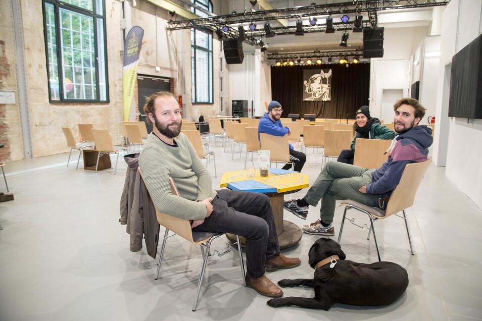 Robert Gröschel, Gabriel Nobis, Sandra Pleger, Christian Thomas (v.l.) und Hund Hugo sitzen im großen Veranstaltungssaal des Zentrums für Jugend und Soziokultur. Unter Corona-Bedingungen finden hier 60 Gäste Platz.