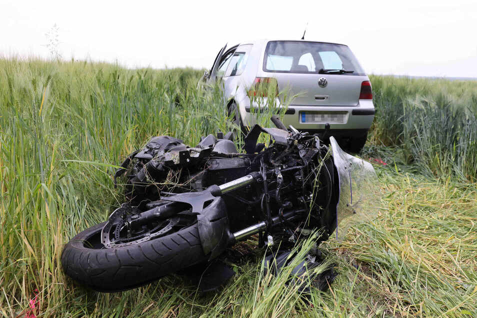 Beim Zusammenstoß eines Motorrades mit einem VW Golf auf der B6 bei Fischbach wurde der Biker schwer verletzt.