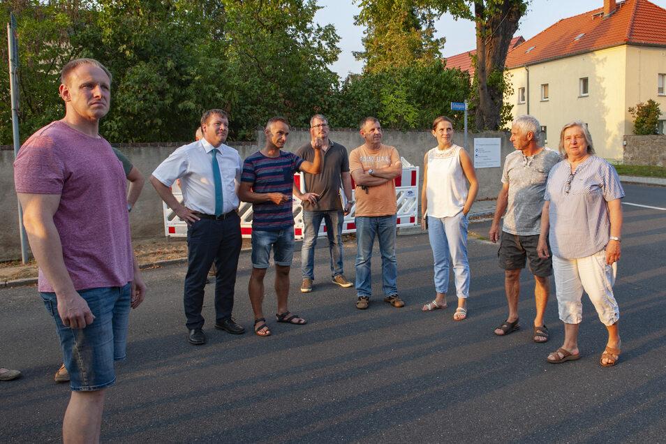 Bei einem Dorfrundgang im August 2019 sprach der Wildenhainer Ortschaftsratsvorsitzende Mirko Neitzel (3.v.l.) im Beisein weiterer Ortschaftsratsmitglieder sowie Einwohner viele Themen an. OB Sven Mißbach war aufmerksamer Zuhörer.