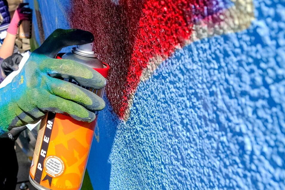 Zwei Graffiti-Sprüher hat die Polizei am Mittwoch an der A 4 an einer Brücke auf frischer Tat ertappt.