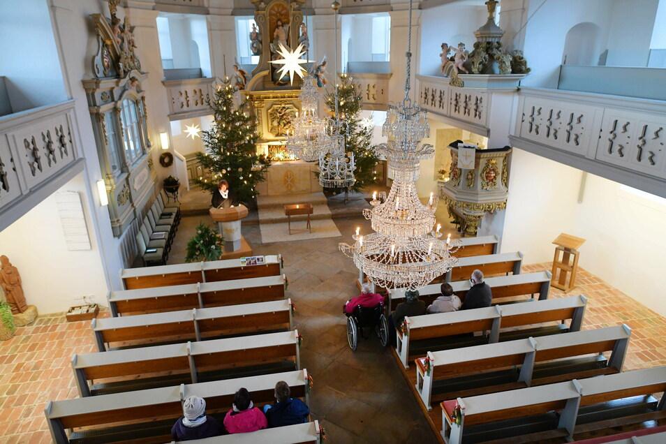 In den Kirchen blieben dieses Jahr zu Weihnachten viele Reihen leer, wie hier in Spitzkunnersdorf. Etliche Gemeinden ließen sich Alternativen zur üblichen Christvesper einfallen.