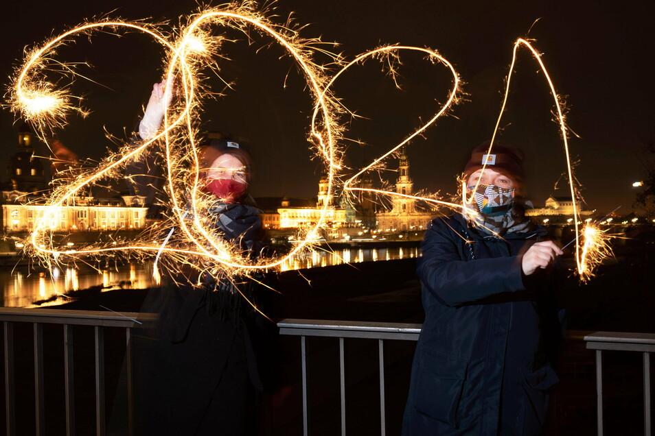 Wunderkerzen statt Böller - die meisten Dresdner begrüßten das Jahr 2021 regelkonform.